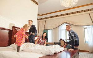 Hotelli OnnenTähdessä koko perhee nauttii yksilöllisistä ja tilavista huoneista, hyvästä palvelusta ja monipuolisesta luksusluokan aamiaisesta.