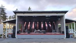 Sepänniemen Lomakylän uudelle esiintymislavalle nousee Kolmas Nainen 12.9.2020