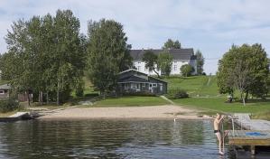 Taidekeskus Harri sijaitsee kantatie 66:n varrella lähellä kaupungin keskustaa, maisemallisesti kauniilla paikalla Alavudenjärven äärellä. Taidekeskuksen välittömässä läheisyydessä sijaitsee monipuolisesti varusteltu Harrin uimaranta.
